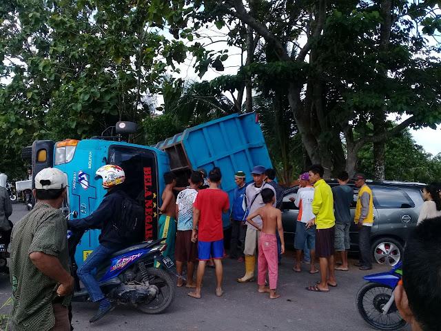 Oleng, Mobil Truk Dump Seruduk Inova