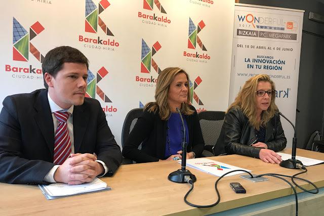 La alcaldesa, entre Manuel de Carlos, responsable del proyecto, y Estíbaliz Amilibia, gerente de Megapark
