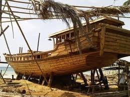 Perahu Phinisi yang masih sementara dalam proses pembuatan