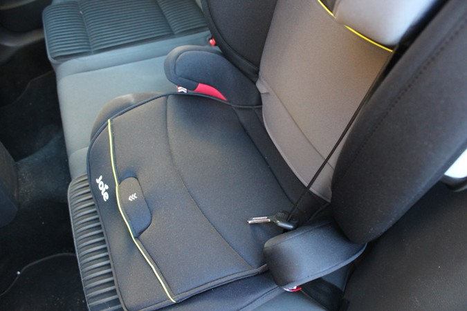 Ajustar el cinturón de seguridad de la silla del coche