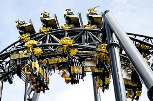 Roller Coaster Terhenti, 28 Orang Pengunjung Tergantung Ke Bawah