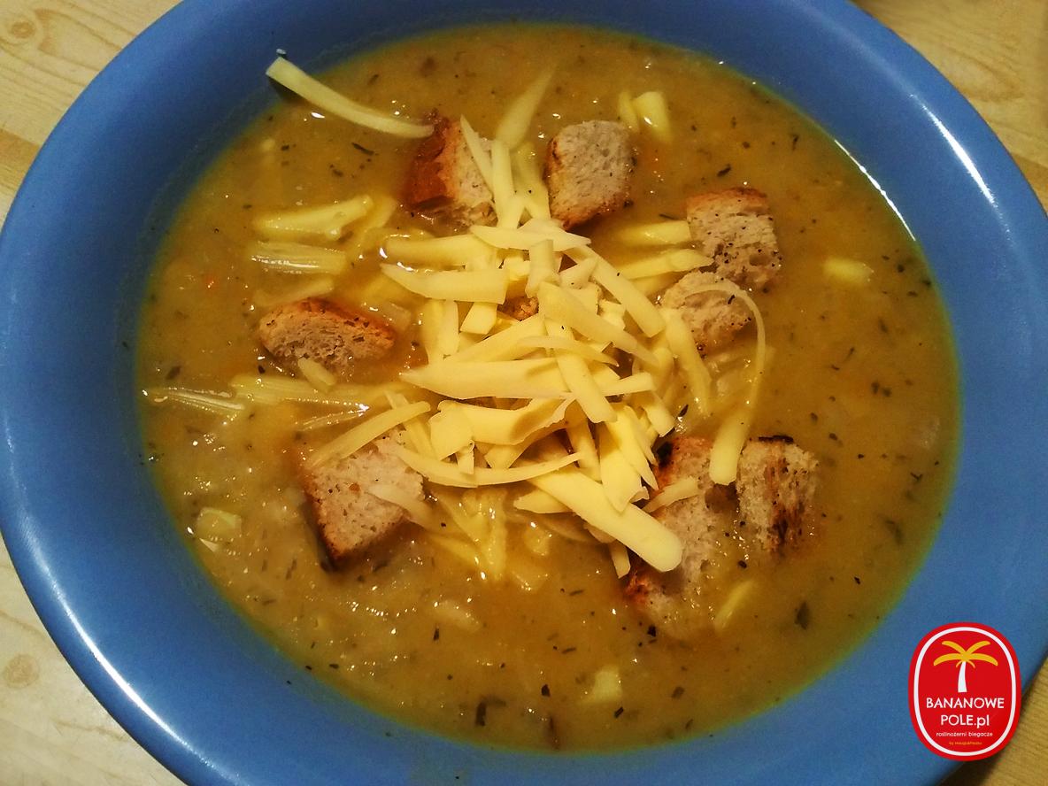 Wegańska zupa cebulowa
