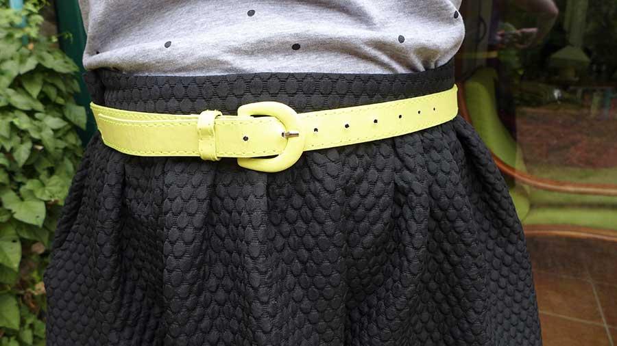 ceinture jaune et jupe patineuse noire