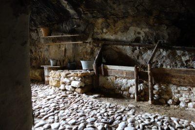 Το μεσογειακό χωριό που είναι κρυμμένο σε... σπήλαιο και μας «ταξιδεύει» σε άλλες εποχές! (Photos)