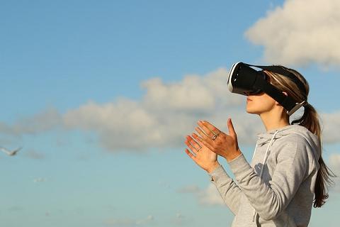 Mulher usando óculos VR ao ar livre
