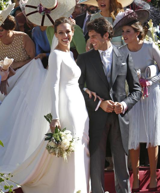 Eva y Cayetano muy sonrientes acompañados por una de las damas de honor y  de sus amigos. a6be9be1b50