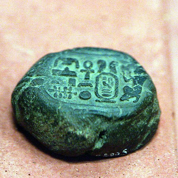 Esta piedra con símbolos egipcios cayó del cielo