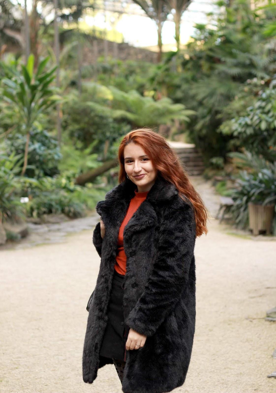 o casaco é tão comprido que tapa quase todo o look