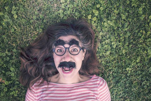 Photo représentant une femme déguisée de telle sorte à faire rire.