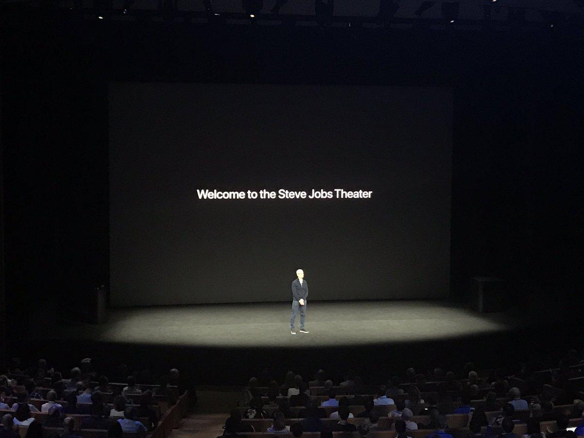 d70796ff2 ... كَشْف الرئيس التنفيذي الراحل لشركة آبل، ستيف جوبز، عن هاتف آيفون، قدّمت  الشركة للجمهور 3 هواتف آيفون بتصميم جديدٍ، بالإضافة إلى نسخة مطوّرة من ساعة