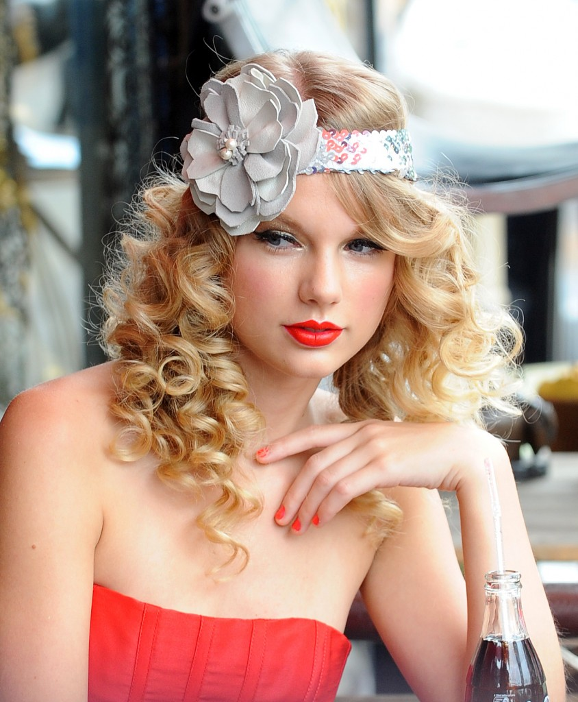 Hairstyles Wallpaper: Celebrity Taylor Swift Soft Curly Hairstyle Wallpapers