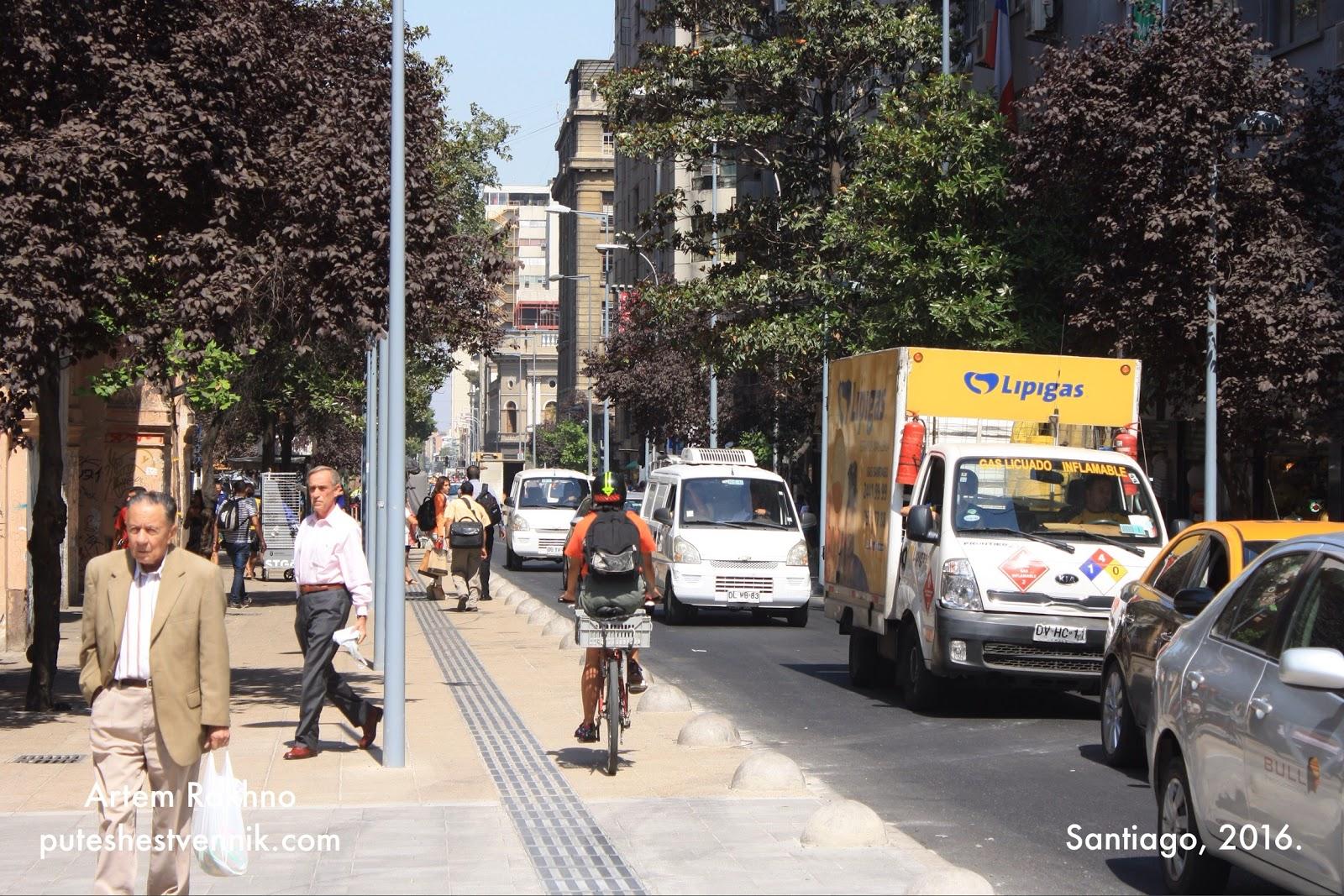 Прохожие и машины на улице в Сантьяго