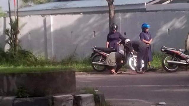 Foto Dua Ustad Yang Bantu Perbaiki Motor Mogok Dua Biarawati Ini Menjadi Viral Di Sosmed