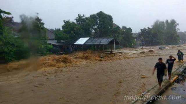 Banjir Bandang Bercampur Lumpur Di Pasuruan