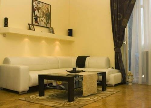 sala pequeña beige y marrón