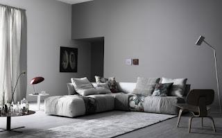 sala con sofá color gris