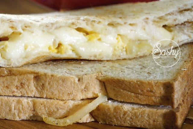 Simple Breakfast Sandwich (Caramelize onion, scramble egg and mozarella)