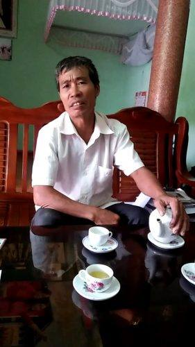 Ông Lương Văn Xuân, Trưởng thôn Phán Thuỷ trao đổi với PV