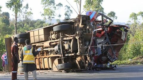 Harminc ember meghalt, további 16 pedig megsérült egy autóbusz és egy teherautó összeütközésekor