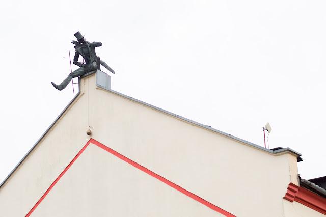 Kłajpeda; Litwa; Lietuva; Klaipeda; Lithuania; kominiarz; dach; rzeźba;