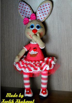 Вязаная игрушка зайка амигуруми