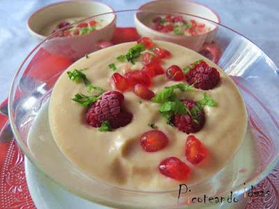 Sopa de peras y frutos rojos