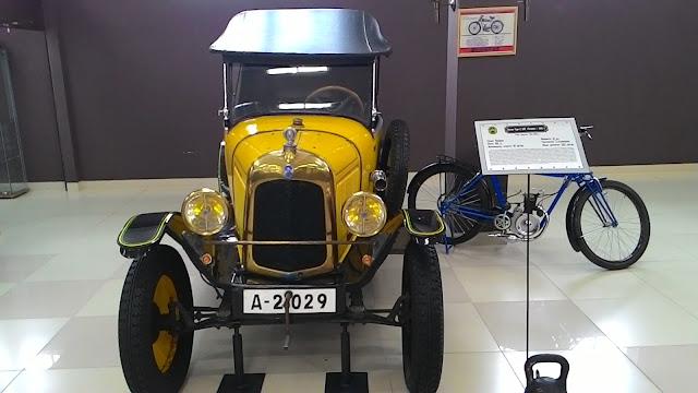 Желтый ретро-автомобиль и мотоцикл