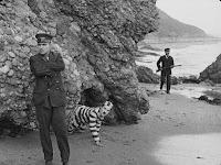 """Кадр из фильма Чарли Чаплина """"Искатель приключений"""" (1917) - 4"""