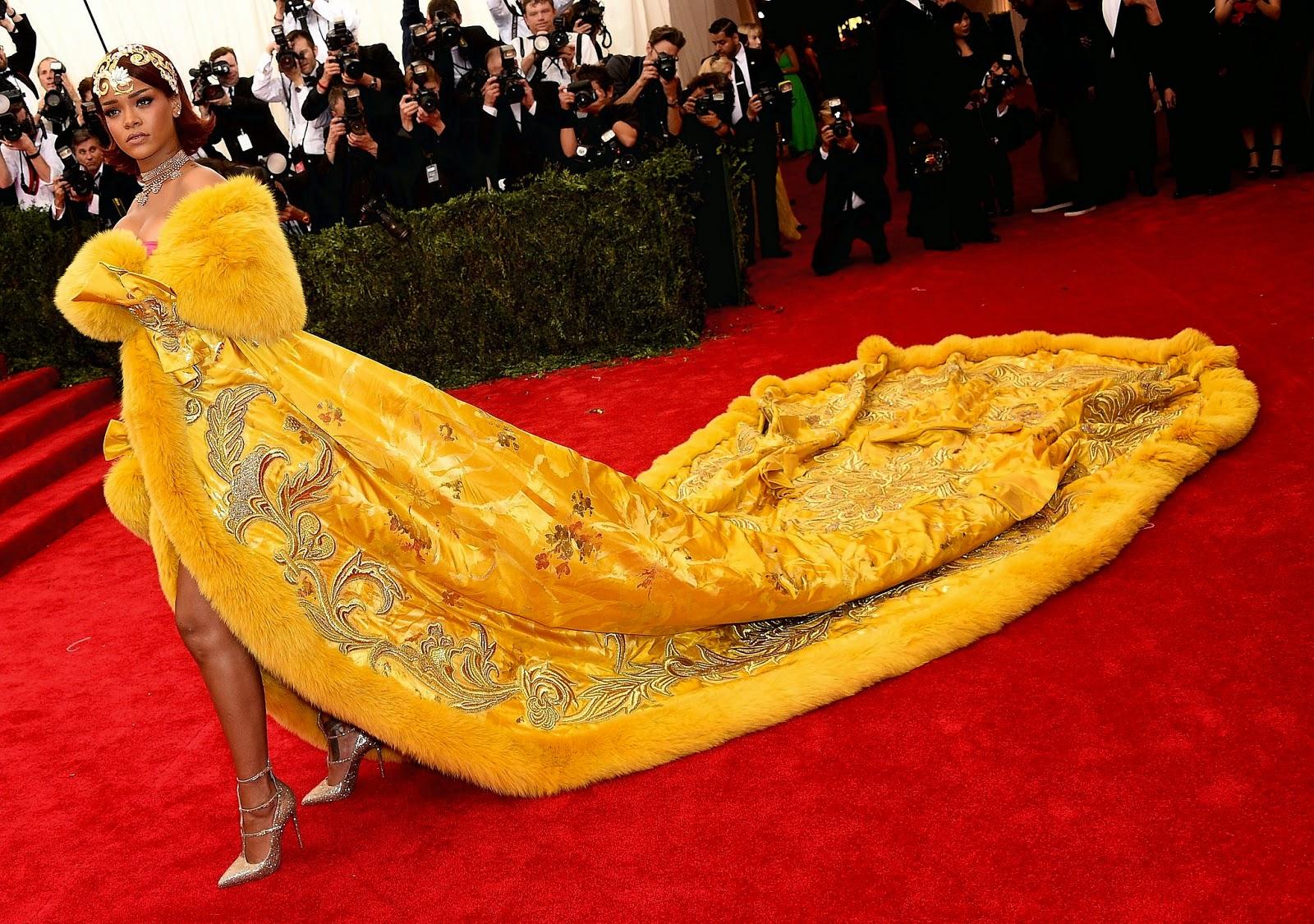 check out 84b23 8d58f ... con un abrigo amarillo con bordados dorados de inmensa cola y rematado  por piel de visón. Una impresionante obra de arte firmada por la diseñadora  china ...