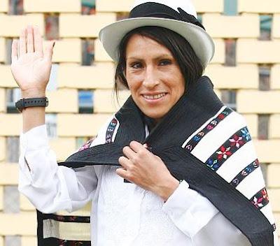 Gladys Tejeda saludando con vestimenta de Junín (Perú)