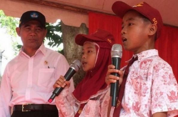 Menteri Pendidikan dan Kebudayaan (Mendikbud), Muhadjir Effendy dan dua Siswa Sekolah Dasar