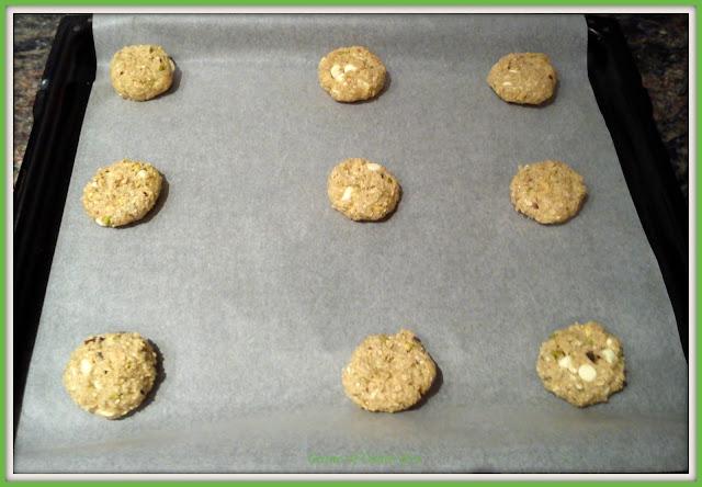 Cookies de avena, pistachos y chocolate blanco antes de entrar en el horno.