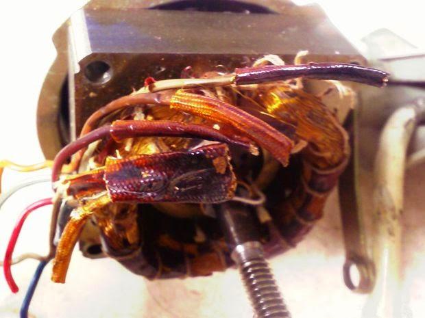 memeriksa koneksi kabel kipas
