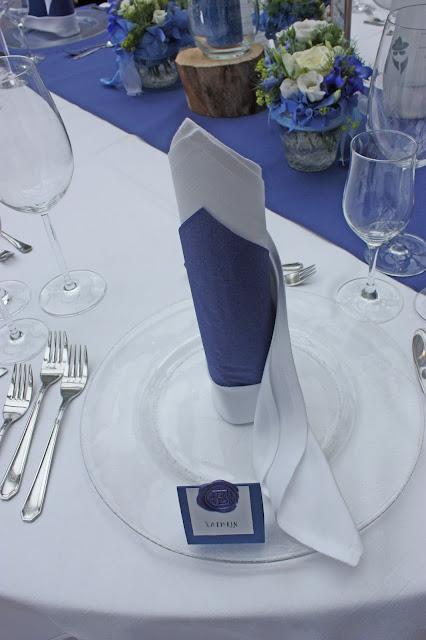 Servietten in Weiß Blau - Mafia meets Lederhos´n - Hochzeit im Riessersee Hotel Garmisch-Partenkirchen, Bayern - Wedding in Bavaria, #Riessersee #Garmisch #Hochzeit #wedding #Location #wedding venue #Bayern #Bavaria