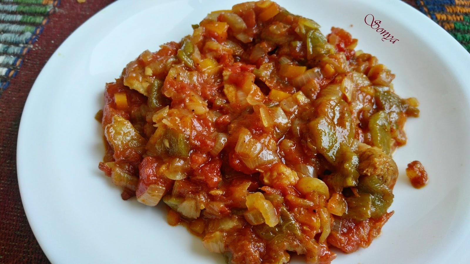 Лятна кавърма със свинско печени чушки и домати