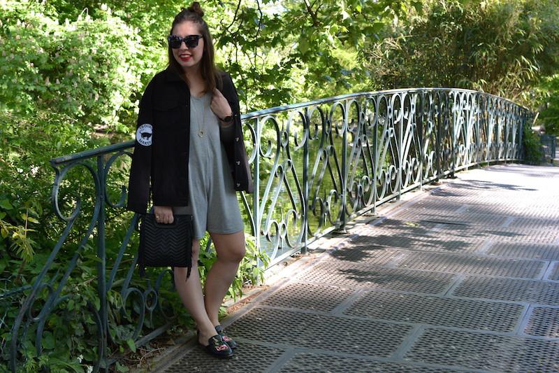 combi short grise manche longue, veste en jean noir, mules noire à fleur BOOHOO , collier Amour, lunette de soleil Jimmy Fairly,sac M Maje