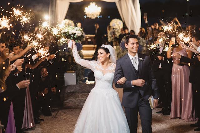 casamento real, porto vittoria, decoração, cerimônia, azul e branco, passarela de espelho, cerimônia a céu aberto, saída dos noivos, sparkles