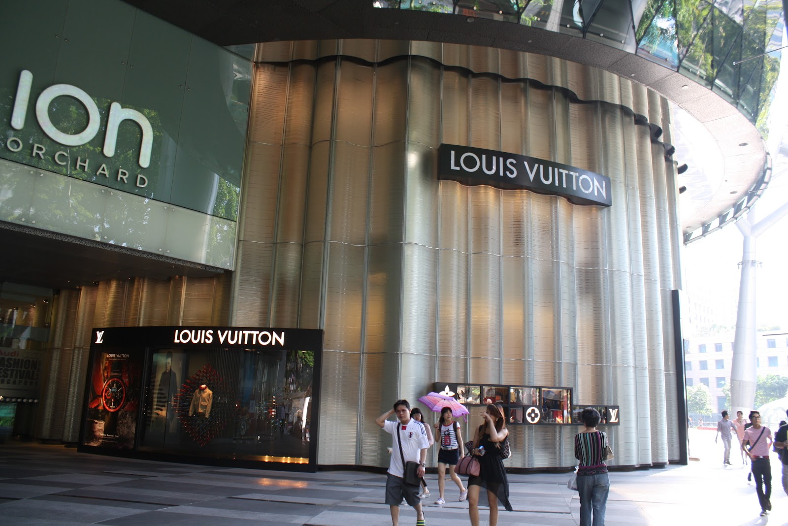 839b25c376 displayhunter: Louis Vuitton: Special exterior for ION Orchard