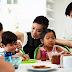 Bila tiba masa makan, semua ahli keluarga wajib berkumpul di meja makan kerana itulah 'pusat pentadbirannya'