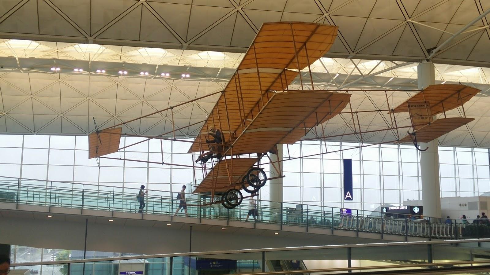 黑老闆說︱香港國際機場出境航廈吊掛著萊特兄弟首飛的小鷹號模型