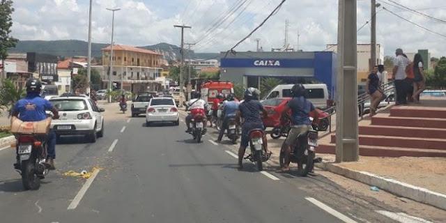 Mulher é atropelada por motocicleta em frente a Igreja Matriz de Catolé do Rocha