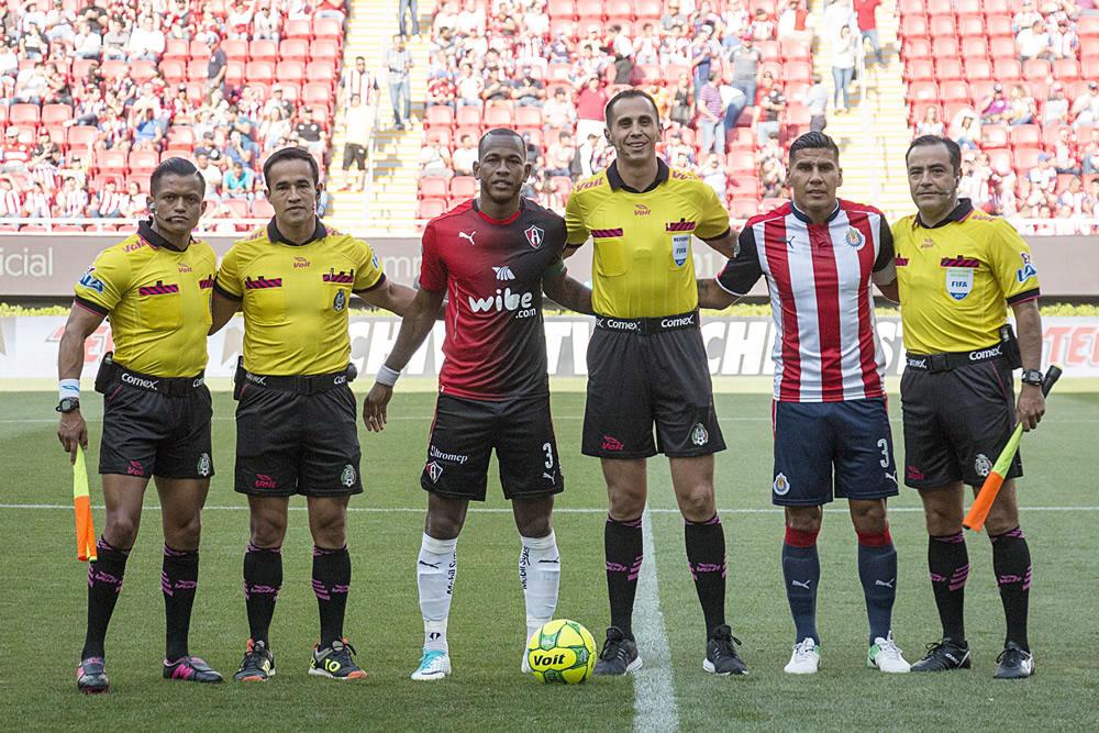 Santander pitó el partido de vuelta de cuartos de final entre Chivas y Atlas.