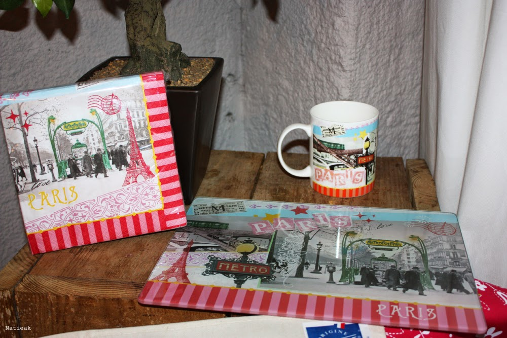 Des serviettes en papier, mug ou set de table.