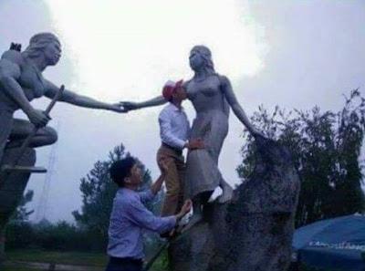 Cán bộ huyện Vũ Quang (Hà Tĩnh) bú tượng đá Lang Biang.