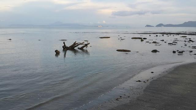Menikmati sunset di pantai alami