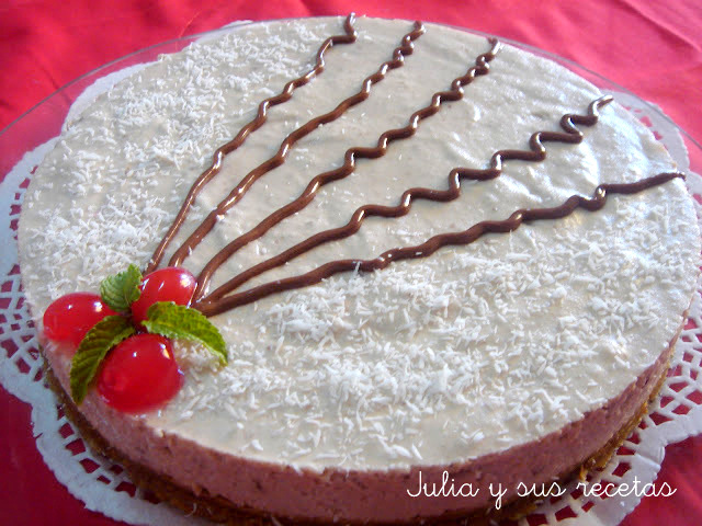 Tarta mousse de coco con trocitos de chocolate. Julia y sus recetas