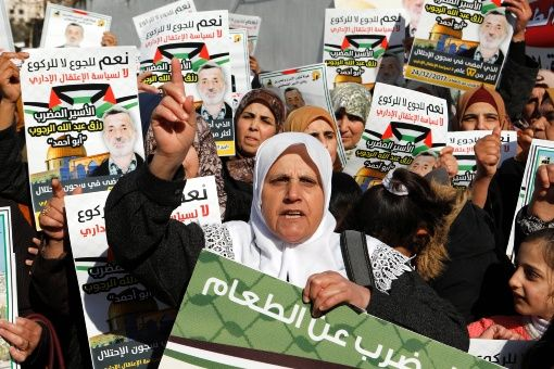 Palestinos detenidos sin cargos inician huelga de hambre