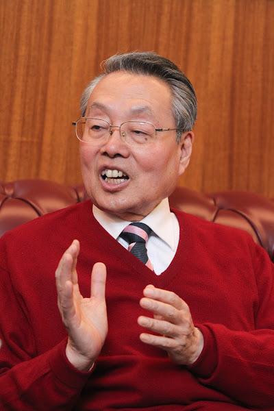 施振榮身著喜氣的紅色毛衣,與媒體暢談宏碁及產業發展。