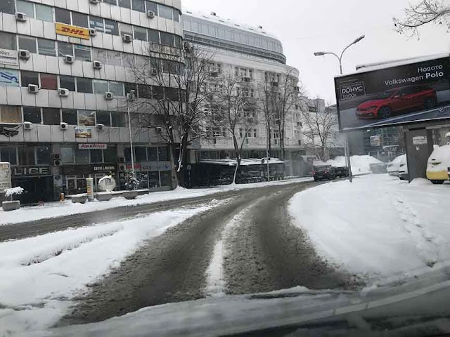 Bild des Tages - Erster Schnee legt Skopje lahm