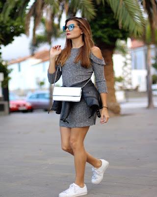 vestido corto gris con tenis blancos